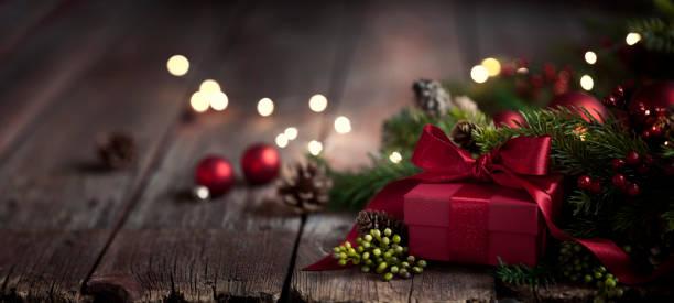 Weihnachtsgeschenk auf altem Holz Hintergrund – Foto
