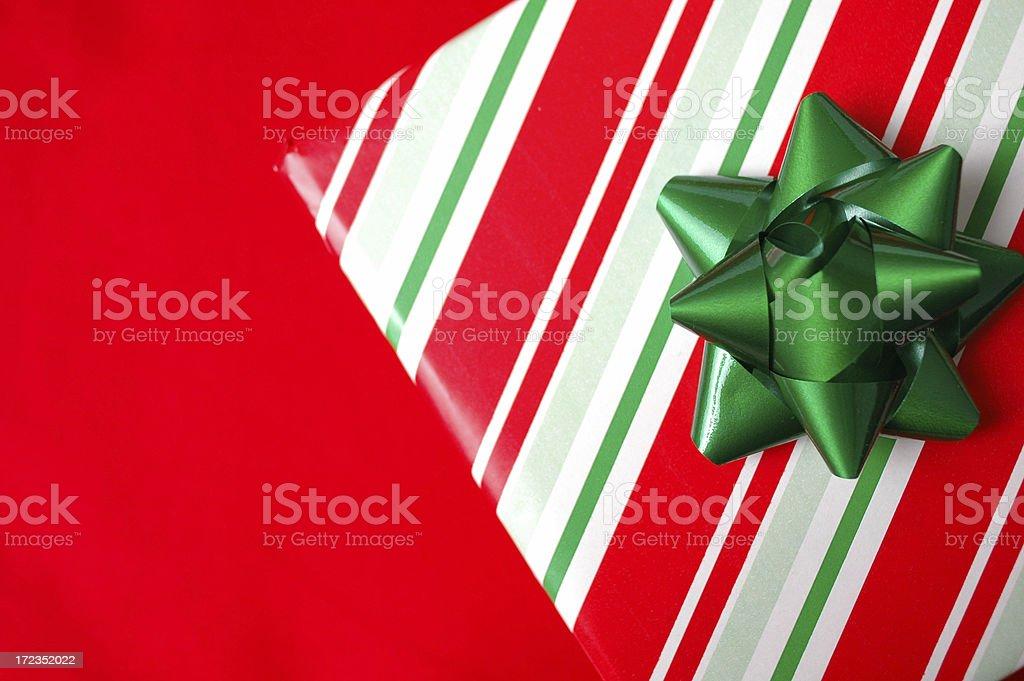 Regalos de Navidad sobre fondo rojo foto de stock libre de derechos
