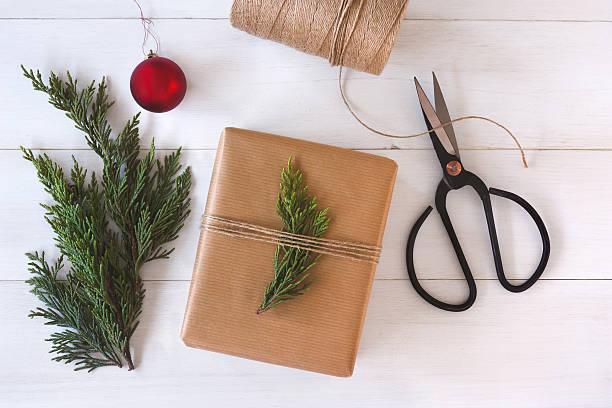 weihnachtsgeschenk auf weißem holz-hintergrund - diy xmas stock-fotos und bilder
