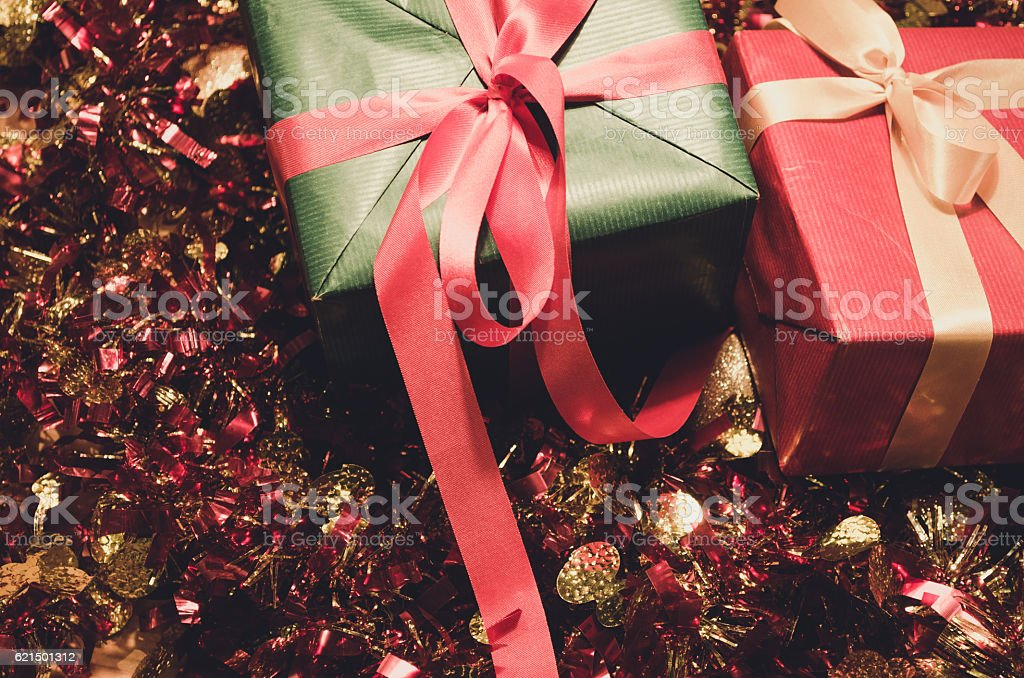 christmas gift on wood table photo libre de droits