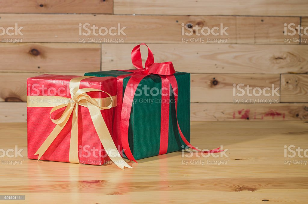 christmas gift on wood table photo libre de droits