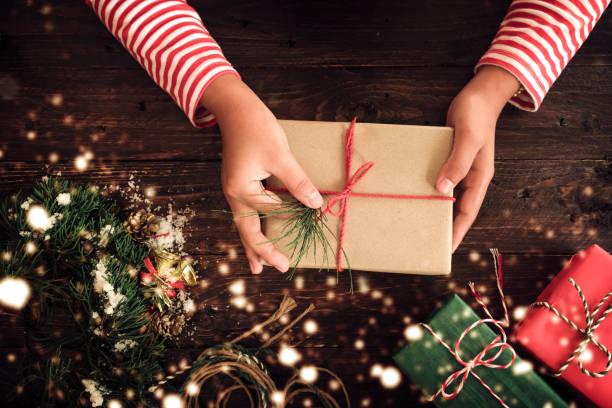 weihnachts-geschenk - bastelkarton stock-fotos und bilder