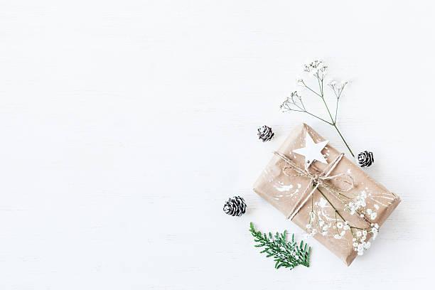 christmas gift, pine cones, thuja branches, gypsophila flowers.flat lay - originelle geburtstagsgeschenke stock-fotos und bilder