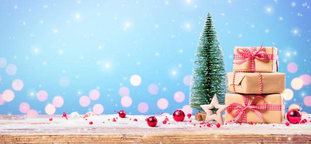 Weihnachtsgeschenk mit Ornament auf Tisch – Foto