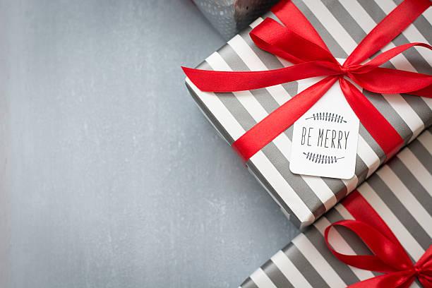 Regalo di Natale con etichetta - foto stock