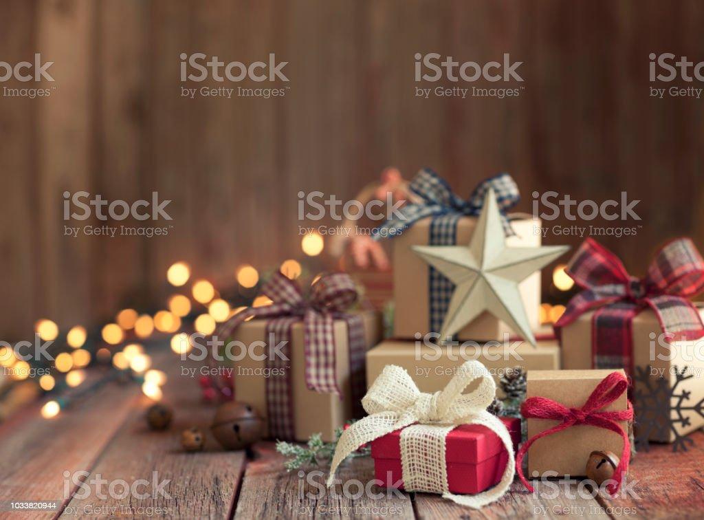 Weihnachtsgeschenke aus Holz im Hintergrund – Foto