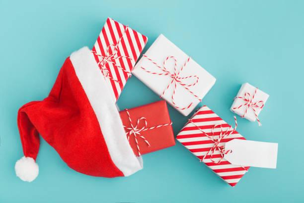 weihnachtsgeschenke in nikolausmütze. - zitate weihnachten stock-fotos und bilder