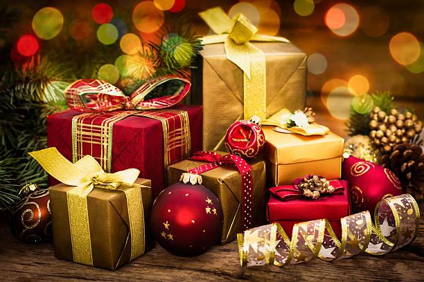 Regali di Natale su sfondo in legno - foto stock