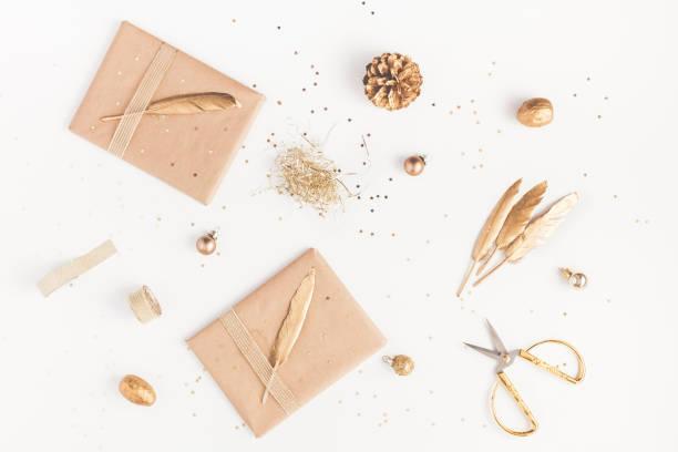 weihnachtsgeschenke, tannenzapfen, goldene verzierungen. flach legen, top aussicht - diy xmas stock-fotos und bilder
