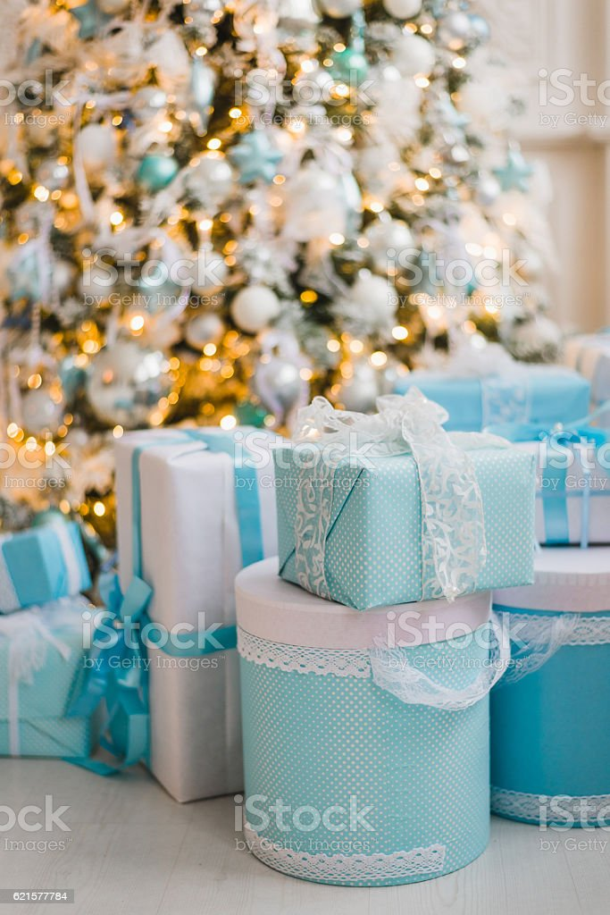 Christmas gifts under the decorated tree in blue photo libre de droits