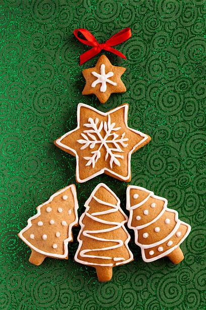 Weihnachts-Ingwer cookies auf strukturierte Papier Hintergrund Grün – Foto