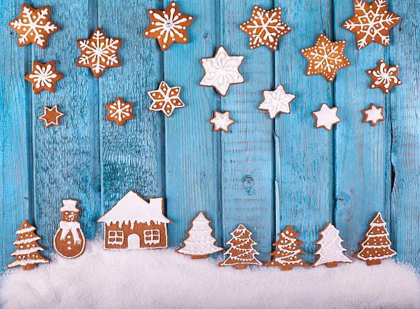 christmas gingerbread cookies on blue vintage wooden table - hausgemachte zuckerplätzchen stock-fotos und bilder