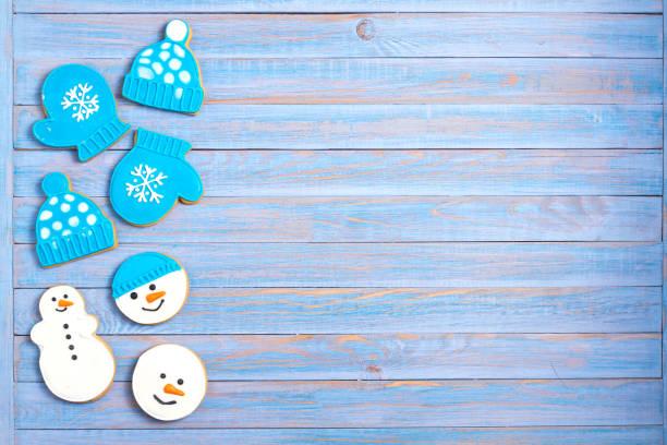Galletas de pan de jengibre de Navidad sobre fondo de madera azul - foto de stock