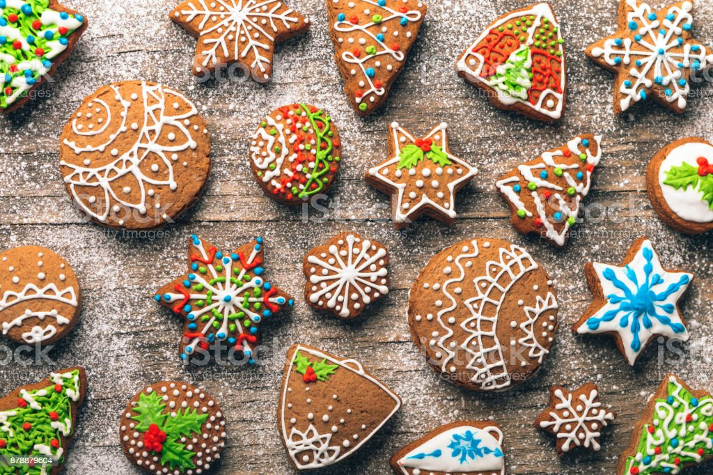Christmas gingerbread cookies on wooden table - foto stock