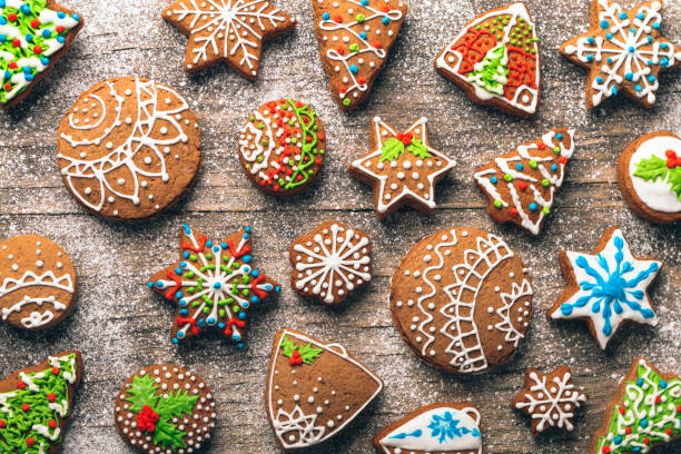 christmas gingerbread cookies on wooden table - biscotti foto e immagini stock