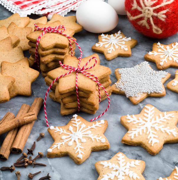 christmas gingerbread cookies - christmas cookies imagens e fotografias de stock