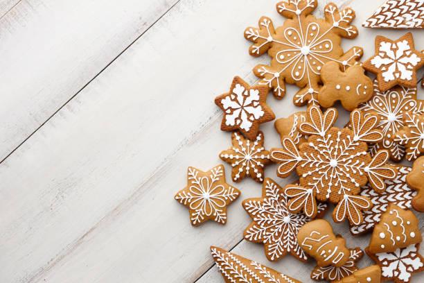 christmas gingerbread cookies set on white planks - bolachas imagens e fotografias de stock
