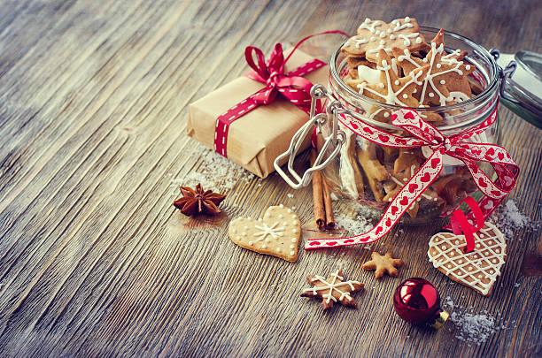 Galletas de Navidad pan de jengibre, vintage decoración rústica mesa festiva - foto de stock