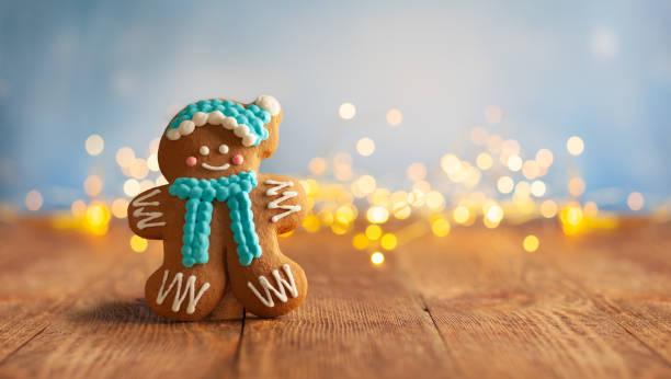 weihnachts-lebkuchenplätzchen mit weihnachtsdekoration auf holzhintergrund - weihnachtsessen ideen stock-fotos und bilder