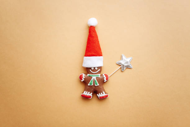 weihnachten lebkuchen in form von ein kleiner ingwer mann in einem roten hut. - weihnachtsessen ideen stock-fotos und bilder