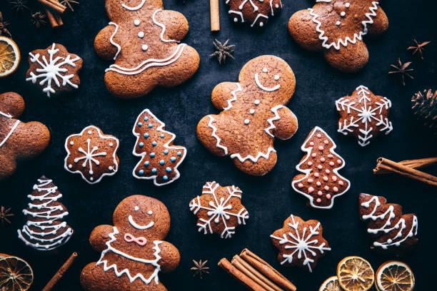 de peperkoekmenskoekjes en kruiden van kerstmis - speculaas stockfoto's en -beelden