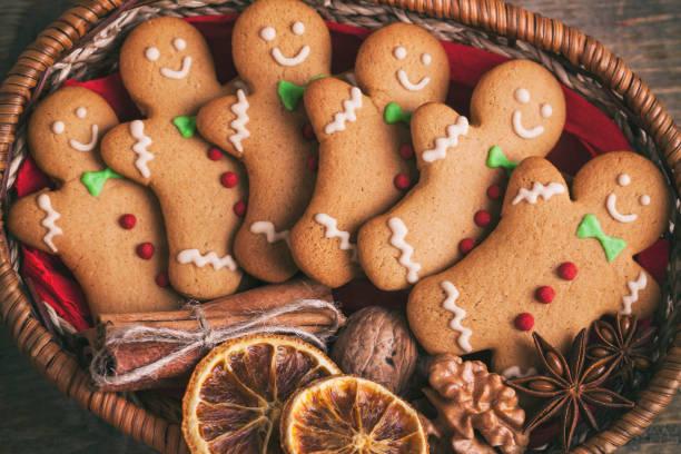 gingerbread man kerstkoekjes op een houten tafel. - speculaas stockfoto's en -beelden