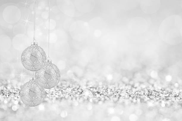 christmas bauble glas - es schneit text stock-fotos und bilder