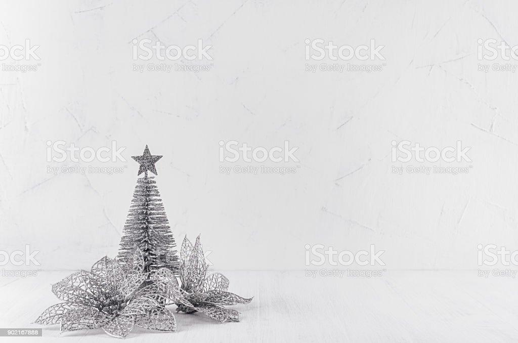 Weihnachtsstern Für Tannenbaum.Glitzer Silber Tannenbaum Und Weihnachtsstern Auf Modernen Weißen