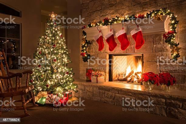 Weihnachten Feuer Im Kamin Knistert Hearth Baum Red Strümpfe Geschenke Und Dekorationen Stockfoto und mehr Bilder von 2015