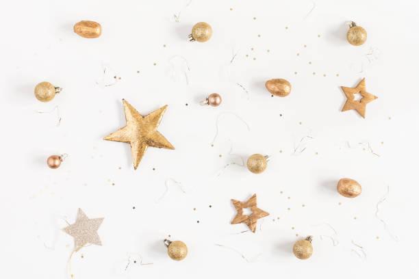 goldene weihnachtsdekorationen auf weißem hintergrund. flach legen, top aussicht - weihnachtlich dekorieren stock-fotos und bilder