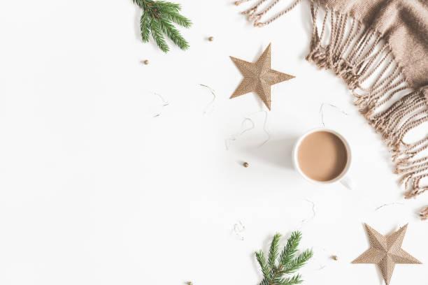 weihnachten goldene verzierungen, plaid, tasse kaffee, zweigt tanne auf weißem hintergrund. weihnachten, neujahr, winter-konzept. flach legen, top aussicht, textfreiraum - schal mit sternen stock-fotos und bilder