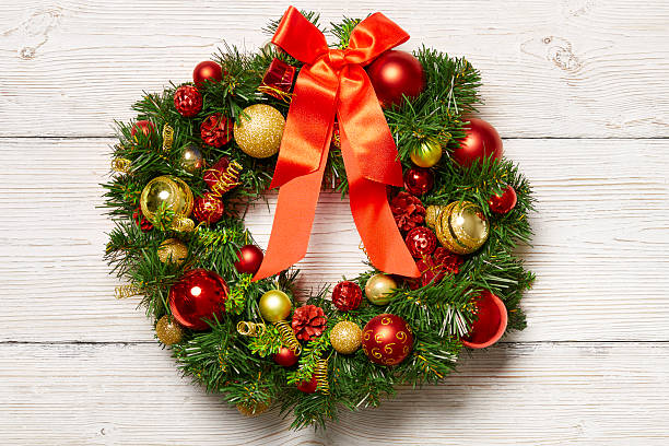 christmas green wreath wood background, holiday decoration on wooden wall - türbänder stock-fotos und bilder