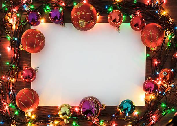 weihnachts-grußkarte mit garland frame auf holz oberfläche - karten wandkunst stock-fotos und bilder