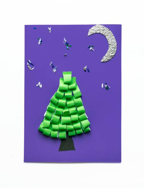 weihnachtsgrußkarte mit 3d weihnachtsbaum und dem mond. kreativpapiere projekte für kinder. pädagogische aktivitäten für kinder. handwerk, schleim, kunstprojekte - origami anleitungen stock-fotos und bilder