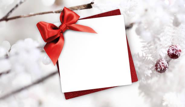 geschenk weihnachten grusskarte mit red ribbon bogen und holly beeren hintergrund weiße vorlage textfreiraum - weihnachtskarte stock-fotos und bilder