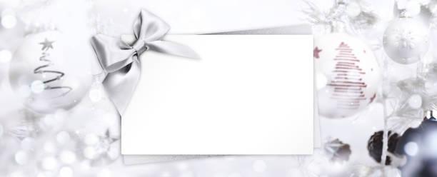 geschenk weihnachten grusskarte mit silberband bogen und kugeln ba - gutschein weihnachten stock-fotos und bilder