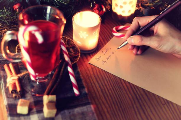 weihnachten hand schreiben geschichte - weihnachts wunschliste stock-fotos und bilder