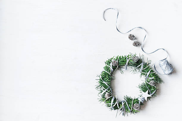 christmas. handmade christmas wreath. top view, flat lay - winterdeko basteln stock-fotos und bilder