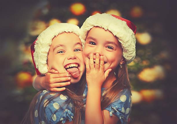 natale felice sorelle divertente i bambini letti singoli - gemelle foto e immagini stock