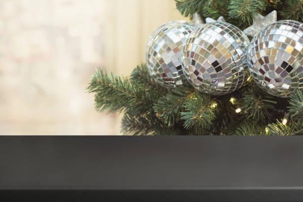 weihnachten urlaub hintergrund mit leeren tisch. - foto collage geschenk stock-fotos und bilder