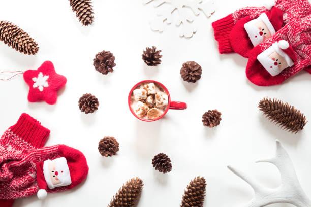 weihnachten urlaub zusammensetzung. heiße schokolade mit eibisch, kegel, weißes fell, roten filz stern, gestrickte socken auf weißem hintergrund. winter, weihnachten-konzept. flach legen, top aussicht. - frohes neues jahr stock-fotos und bilder