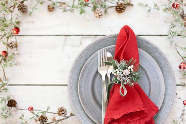 weihnachtsferien-essen - roten küchentische stock-fotos und bilder