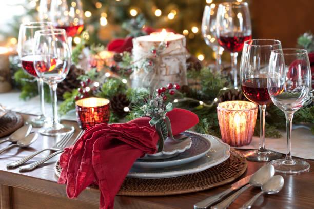 weihnachten urlaub essen - roten küchentische stock-fotos und bilder