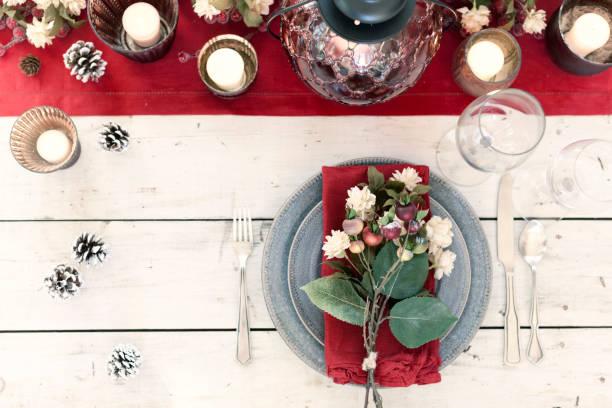 weihnachten urlaub esstisch elegante gedeck - roten küchentische stock-fotos und bilder