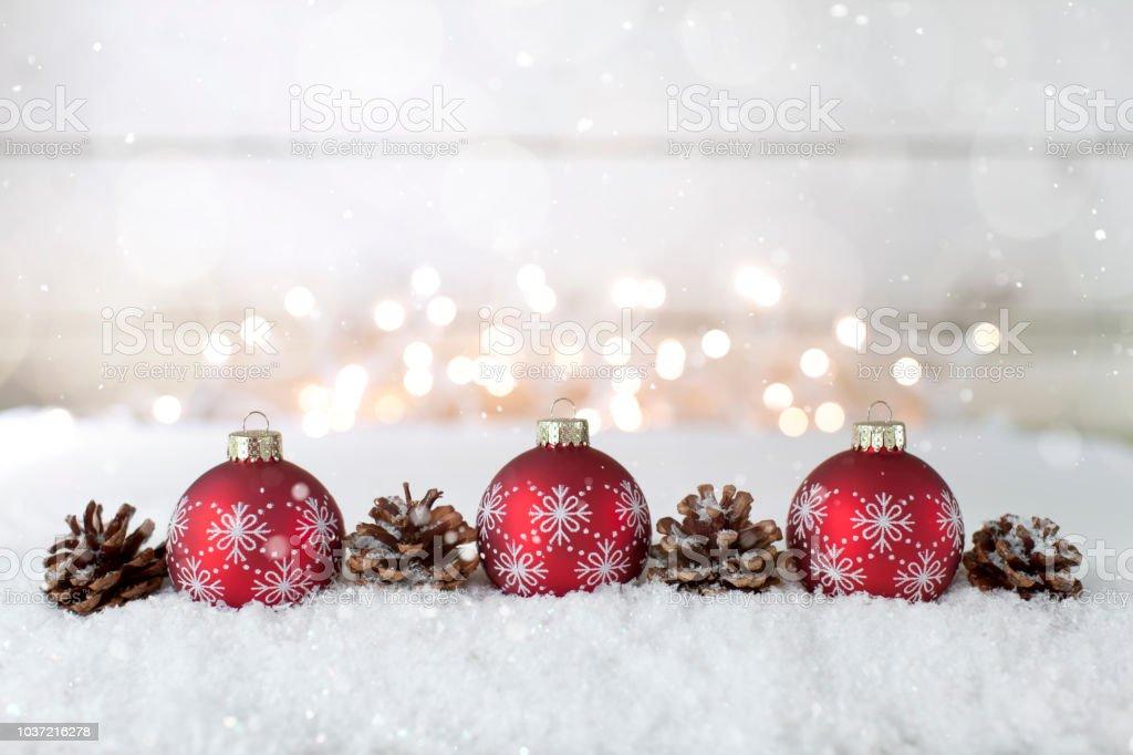 Elegante Christbaumkugeln Urlaub mit fallenden Schnee und glitzernde Lichter – Foto