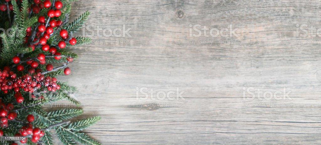 Weihnachten Urlaub immergrüne Zweige und rote Beeren über Holz Hintergrund - Lizenzfrei Advent Stock-Foto