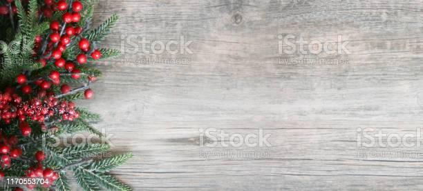 Weihnachten Urlaub Immergrüne Zweige Und Rote Beeren Über Holz Hintergrund Stockfoto und mehr Bilder von Advent