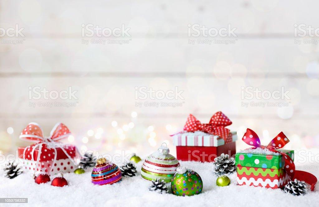 Christbaumkugeln Gestreift.Urlaub Skurrilen Christbaumkugeln Und Geschenke Auf Einem