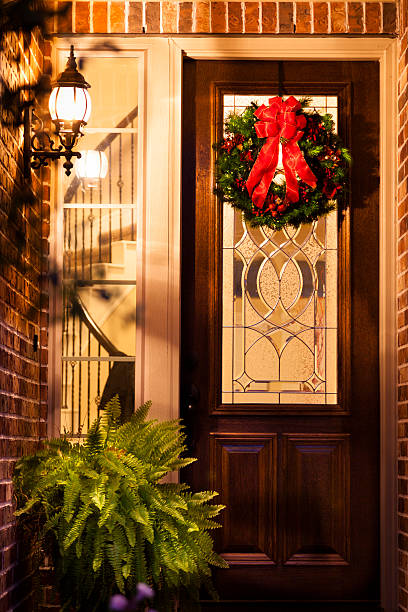 weihnachten: weihnachten kranz auf der haustür von zu hause am abend. - deko hauseingang weihnachten stock-fotos und bilder