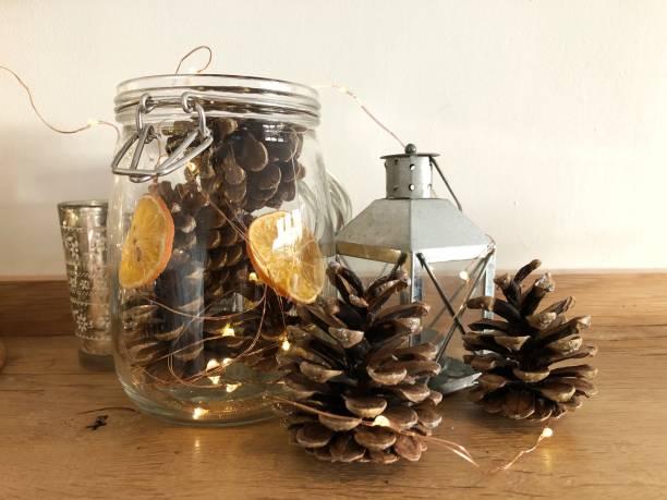 weihnachten home decor - rustikale einweckgläser stock-fotos und bilder